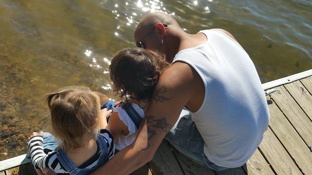 otec s dětmi u vody