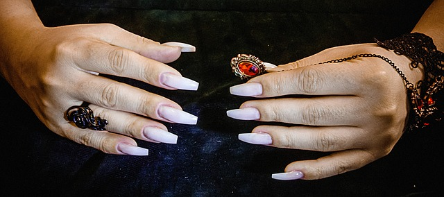 Gelové nehty s prstenem