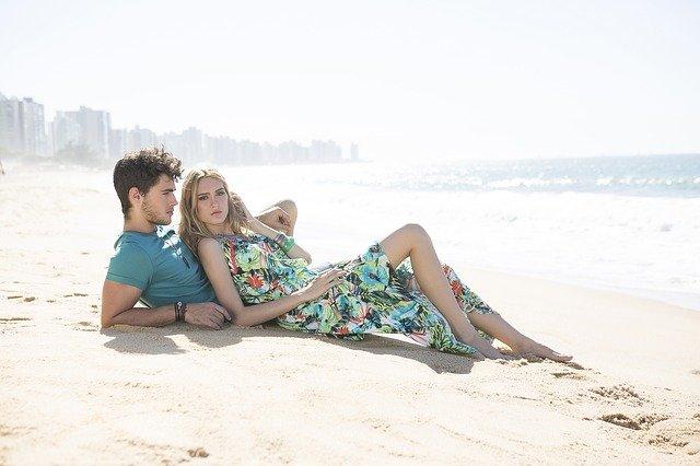 milenci na pláži