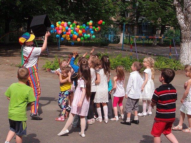 kouzelník a děti.jpg