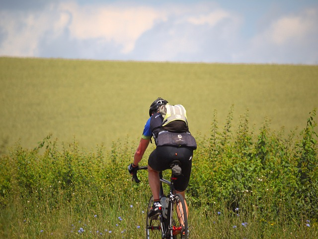 cyklista s batohem.jpg