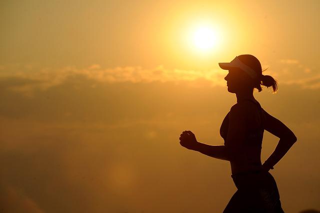 slunce nad běžkyní