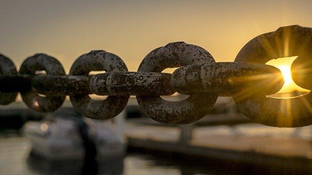 slunce za řetězem