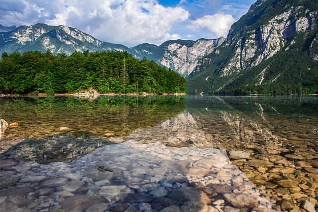 křišťálově čisté jezero